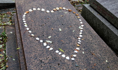 coeur en coquillage sur une tombe