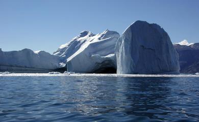 Eisberg mit Höhle