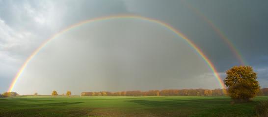 Regenbogen über Agrarlandschaft Panorama