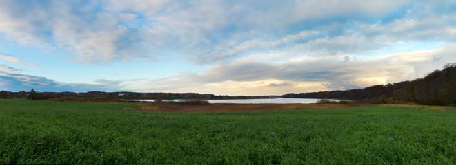 Landschaft mit See und stimmungsvollem Himmel am späten Nachmittag im Herbst in Schleswig-Holstein Panorama