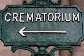 Crématorium - Inscription avec flèche sur un panneau en fer au cimetière