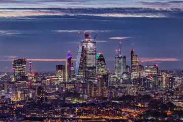 Fotomurales - Die beleuchtete, moderne Skyline der City of London bei Nacht, Großbritannien