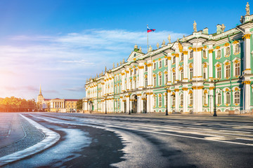 Зимний Дворец в Санкт-Петербурге солнечным утром Winter Palace on Palace Square in St. Petersburg