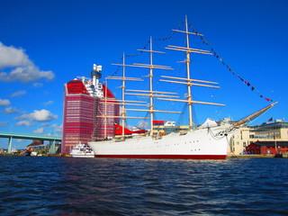 Viermastbark Segelschiff Viking mit Skanskaskrapan Lippenstift Hochhaus in Göteborg, Schweden