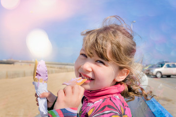 belle jeune fille dégustant une glace