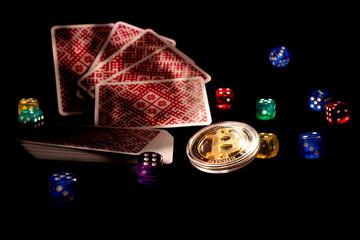Bitcoins ไพ่ลูกเต๋าบนพื้นหลังสีดำ  แนวคิดการพนัน Cryptocurrencie
