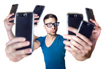 Influencer mit übertrieben vielen Smartphones - isoliert auf weiß
