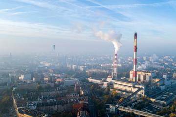 Widok z lotu ptaka na smog nad miastem, dymiące kominy elektrociepłowni oraz zabudowa miasta - Wrocław, Polska