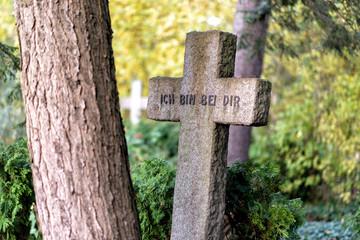Friedhof mit alten Gräbern
