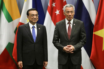 Chinese Premier Li Keqiang and Singapore's Prime Minister Lee Hsien Loong attend the ASEAN Plus Three (APT) Summit in Singapore