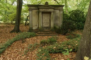 Monumentales Grabdenkmal als zeichen der Trauer um angehörige