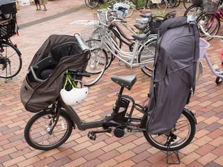 チャイルドシートをつけた電動アシスト自転車