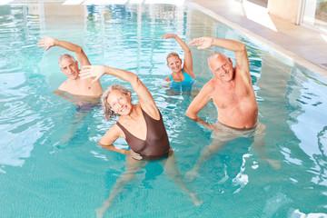 Stretching in einem Kurs für Aquagymnastik