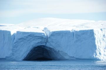 Großer Eisberg mit Höhle