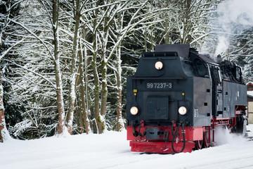 Dampflok Brockenbahn im Harz im Winter mit Schnee