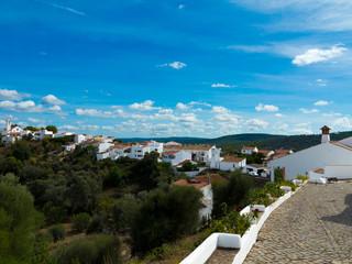 Das Bergdorf Salir mit Kirche und weißen Häusern im Hinterland der Algarve in Portugal