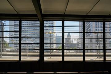 Blick von einem Bahnsteig der Station Bahnhof Zoo auf die Innenstadt von Berlin