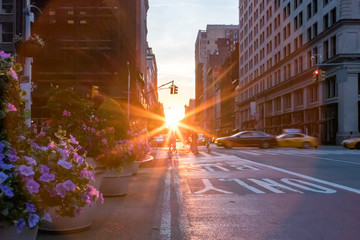 Fotomurales - Colorful New York City street scene with flowers and sunset