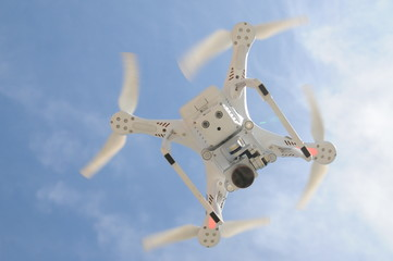Drohne am Himmel fliegend