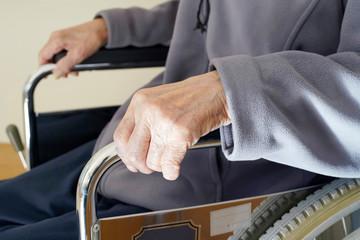 老人 車椅子 手
