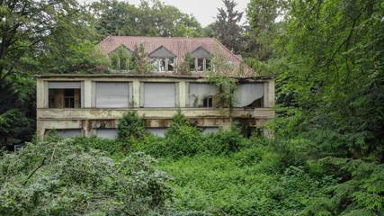 Verlassene Villa mitten im Wald