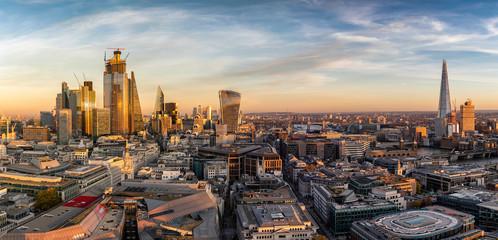 Fotomurales - Sonnenuntergang hinter der neuen Skyline von London: von der City bis zur London Bridge