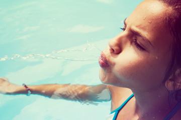 Retrato de chica en piscina