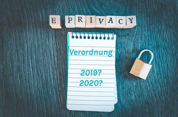 Bauklötze mit Aufschrift e-Privacy-Verordnung  ePVO in englisch E-Privacy-Regulation Block und Vorhängeschloss in cooler blauer Optik