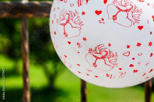 Palloncino Bianco E Rosso Con Disegni Creativi Sfondo Giardino