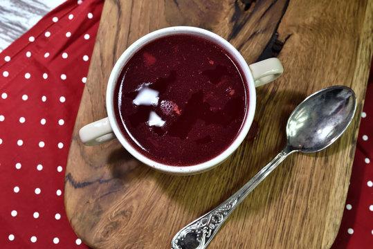 bortsch rouge traditionnel, soupe servie avec un bouillon en céramique