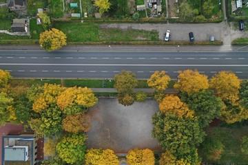 Straße senkrecht von oben, 2 spurig, herbst, gärten