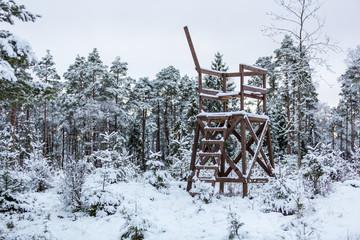 Jakttorn i snötäckt skogslandskap
