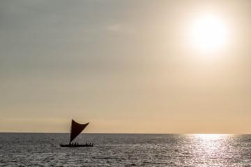 Polynesisches Boot for Küste von Big Island, Hawaii