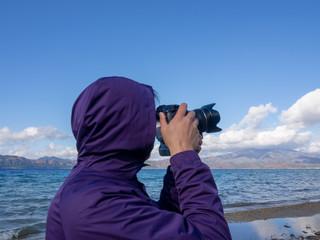 美しい風景を撮影するカメラマンの男性
