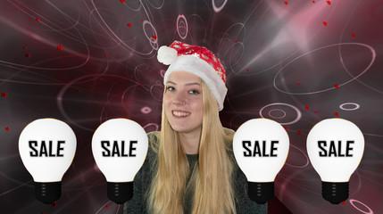 lachendes, Junges Mädchen mit Weihnachtsmütze zwischen Glühbirnen mit Sale.