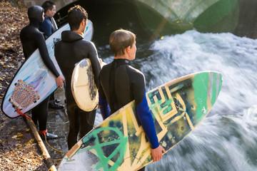 Isarsurfer - coole junge Surfer im Neopren