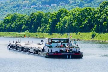 Frachter auf Rhein Fototapete