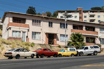 Living in Homes in Cape Town, South Africa. Cars, apartment blocks and city life. Leben in Wohnorten in Kapstadt, Südafrika