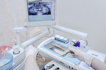 歯鏡とスケーラーを手に持ち治療されている患者目線のイメージ写真。歯医者、デンタルケア、虫歯、治療イメージ