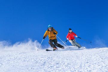 auf perfekter Piste gemeinsam skilaufen