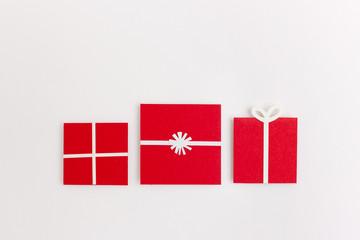 Illustration mit 3 verpackten Geschenken in rot für Weihnachten
