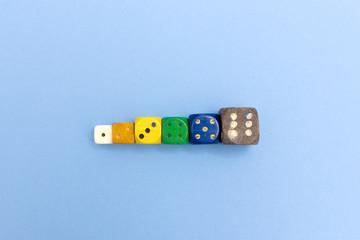 Bunte Spielwürfel mit 1 bis 6 Augen Wert