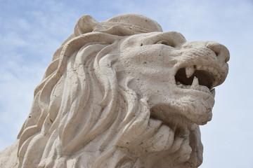 Weiße Löwenskulptur