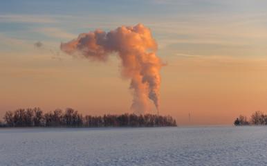 Sonnenaufgang im Winter über einem Kohlekraftwerk