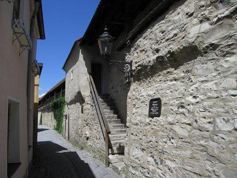 Treppe zur begehbaren Stadtmauer in Berching