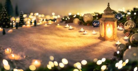 Dekoration für Weihnachten mit Laterne, Lichtern und Tannenzweigen auf Schnee
