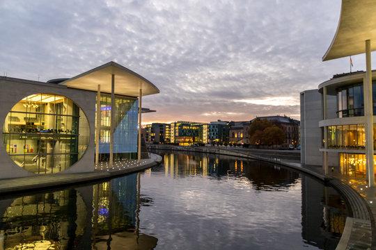 Beleuchtete Regierungsgebäude in Berlin