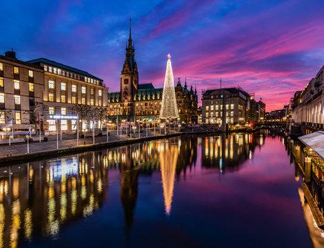 Hamburg und Blick auf den Weihnachtsmarkt am Rathaus
