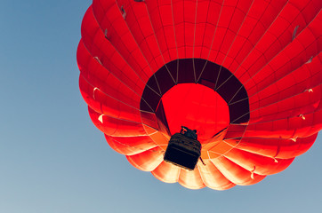 Autocollant pour porte Aerien Colorful hot air balloon against the blue sky