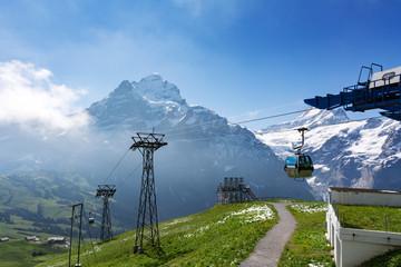 Firstbahn bei Grindelwald mit Blick auf das Mittelhorn im Sommer